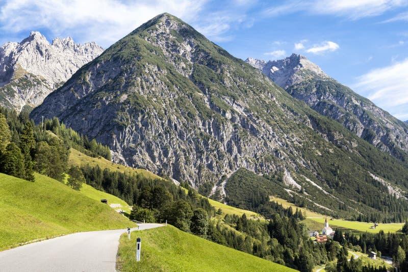 Alpines Dorf im Tal, Gramais, österreichisch stockfoto