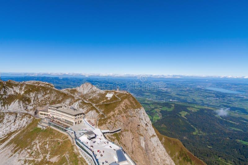 Alpines Hotel und Touristen am Ausblick an Spitze Mt Pilatus lizenzfreies stockfoto