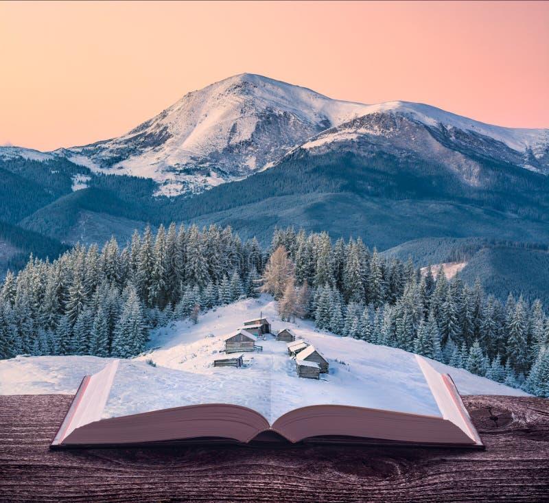 Alpines Miniaturdorf auf den Seiten des Buches lizenzfreie stockfotos