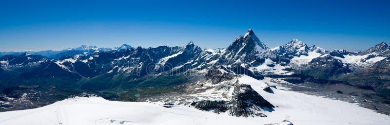 Alpines Panorama mit Matterhorn stockfoto