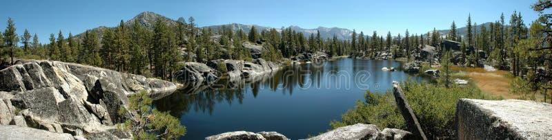 Alpines See-Panorama in der Sierra Nevadas lizenzfreie stockbilder