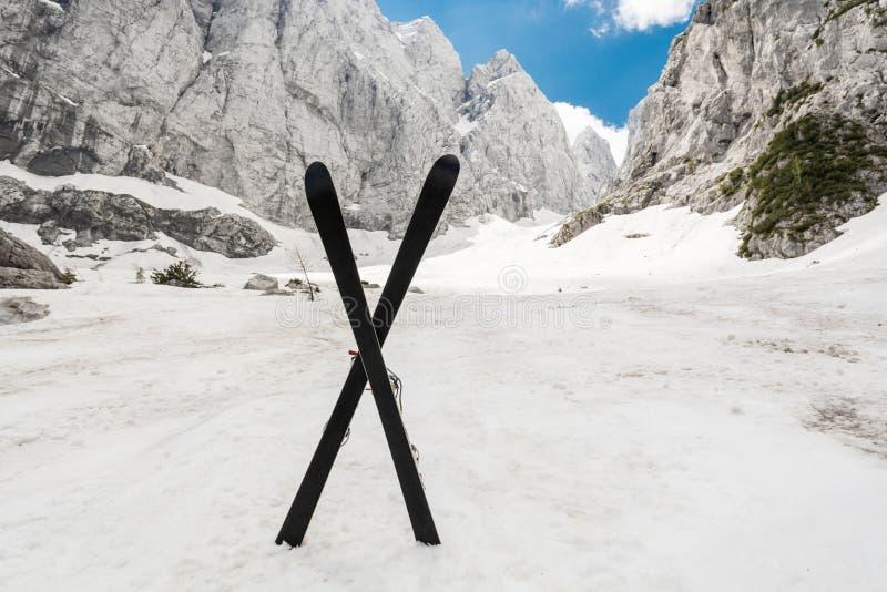 Alpines Tal mit einem Paar gekreuzten Skis stockfoto