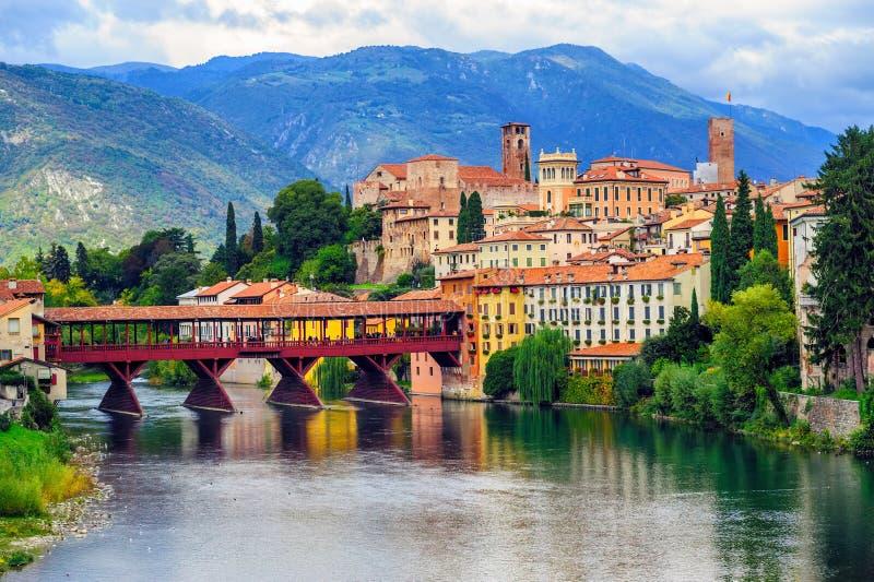 Alpini Bassano del Grappa för gammal stad- och Ponte degli bro, Italien royaltyfri fotografi