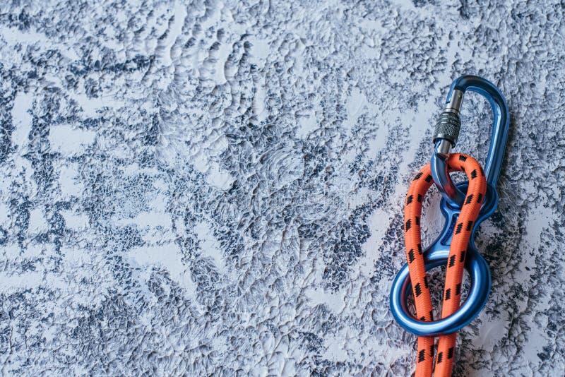 Alpinisme Geïsoleerde foto van klimapparatuur Een deel van de karabijnen dat op het witte en grijze gekleurde oppervlak ligt royalty-vrije stock foto's