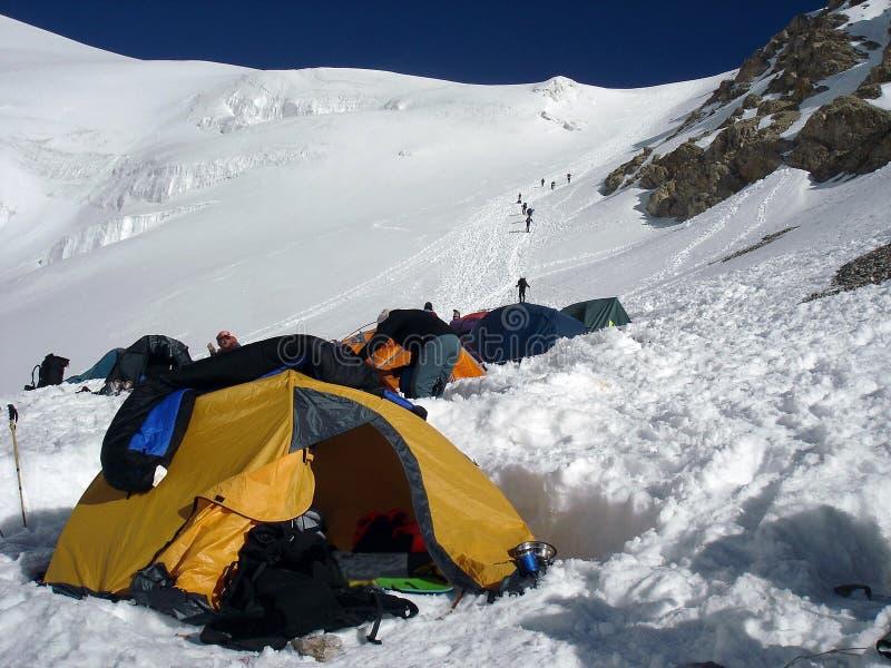 Alpinismekamp op grote hoogte in de bergen stock afbeeldingen