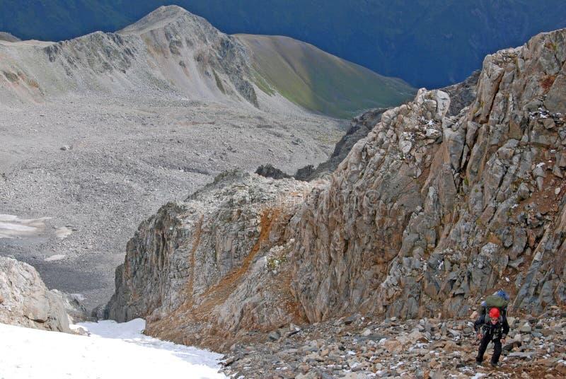 Alpinismo en la montaña del Cáucaso Titnuld fotos de archivo