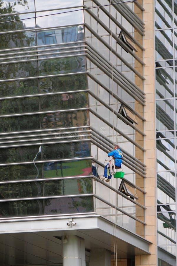 Alpinismo industriale, scalatore sulla facciata della costruzione St Petersburg, Russia immagine stock libera da diritti