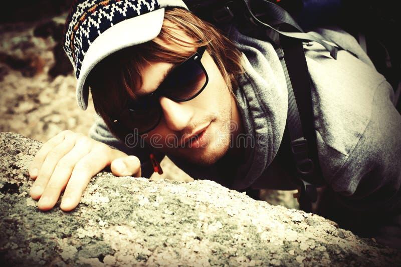 Alpinist do homem fotografia de stock royalty free