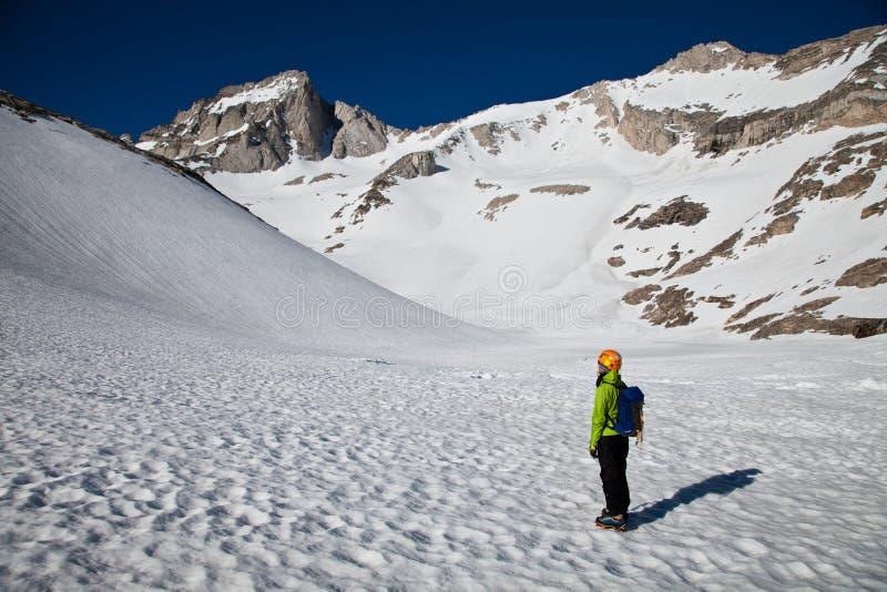 Alpinista che esamina la sommità per arrampicarsi fotografie stock