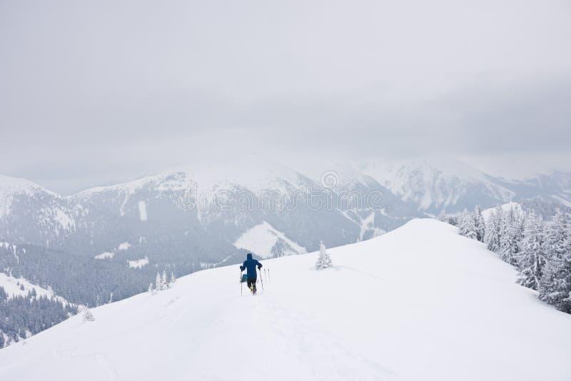 Alpinista dello sci in freddo sulla montagna innevata fotografia stock