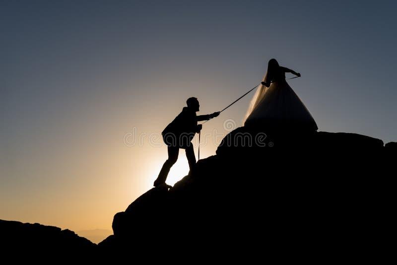 Alpinista dos noivos foto de stock