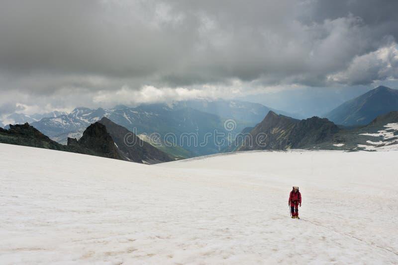 Alpinista em sua maneira de escalar Grossglockner imagem de stock