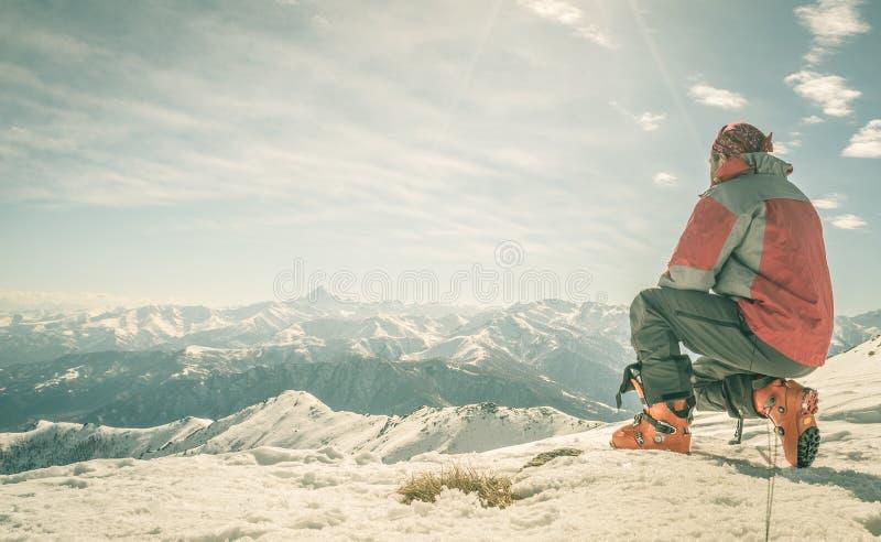 Alpinista en el top de la montaña foto de archivo libre de regalías