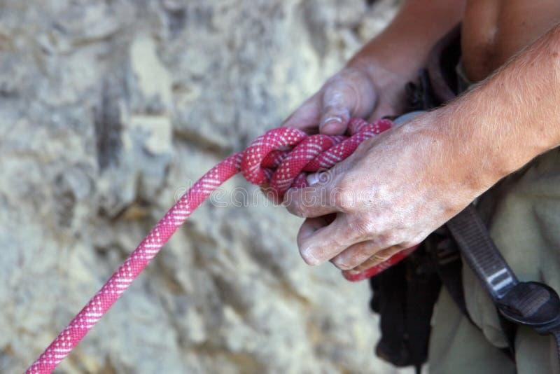 Alpinista feche as mãos Elementos de subida das montanhas fotografia de stock royalty free