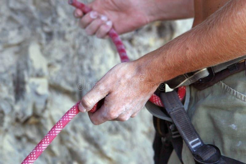 Alpinista feche as mãos Elementos de subida das montanhas fotos de stock