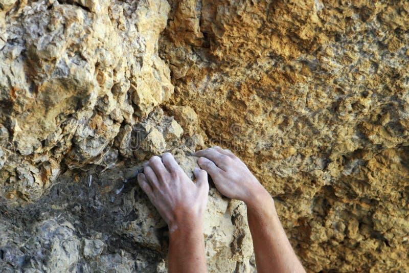 Alpinista feche as mãos Elementos de subida das montanhas fotos de stock royalty free