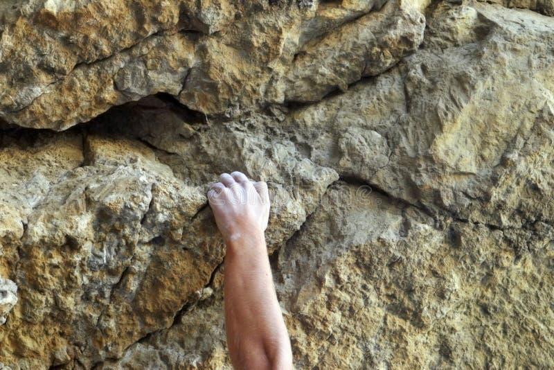 Alpinista feche as mãos Elementos de subida das montanhas imagem de stock royalty free