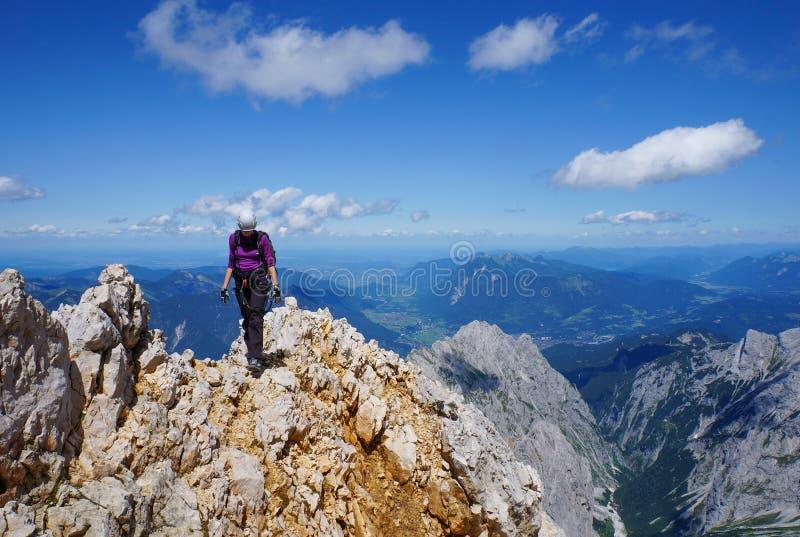 Alpinista kobieta na górze góry obraz royalty free