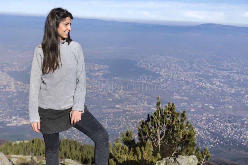 Alpinista kobieta na górze góry obrazy stock