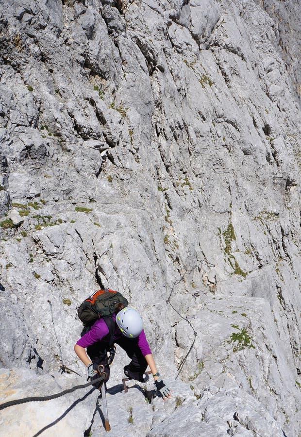 Alpinista kobiety pięcie na skalistej twarzy fotografia royalty free