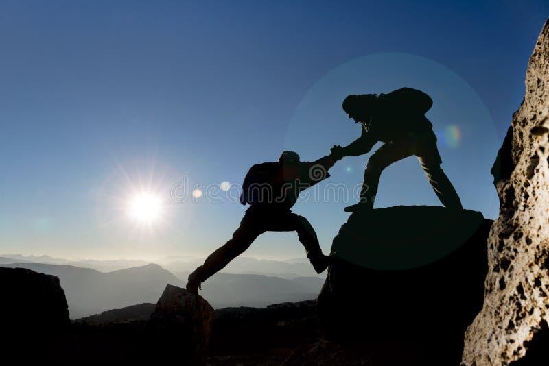 Alpinista pomaga inny jeden zdjęcia royalty free