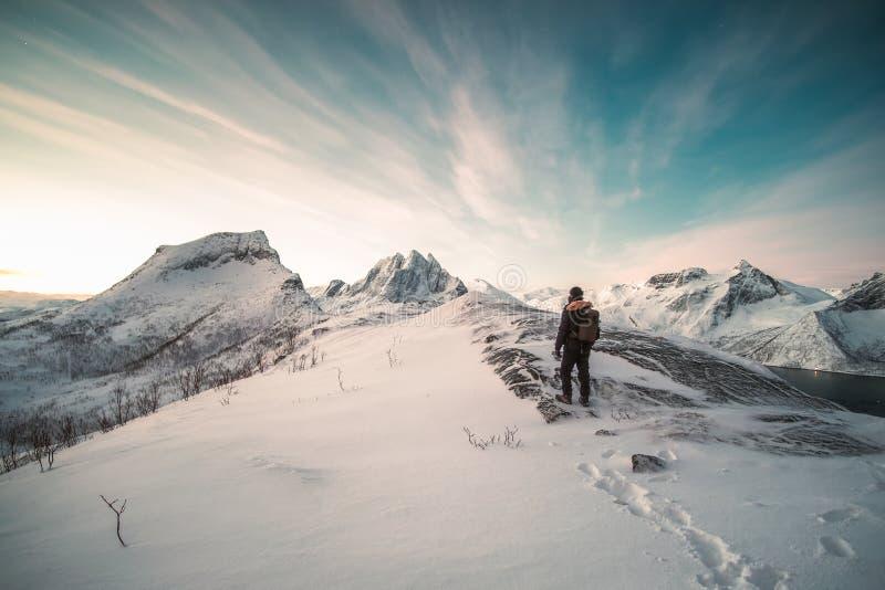 Alpinista pozycja na górze śnieżnej góry fotografia royalty free