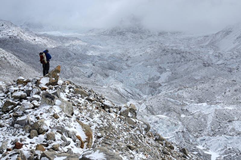 Alpinista pozycja na zbocze odpady blisko Khumbu Icefall, Nepal zdjęcia royalty free