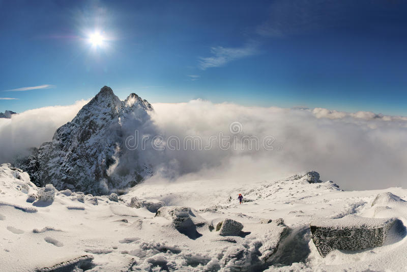Alpinista que escala no pico de montanha de Rysy em Tatras alto slovakia imagens de stock