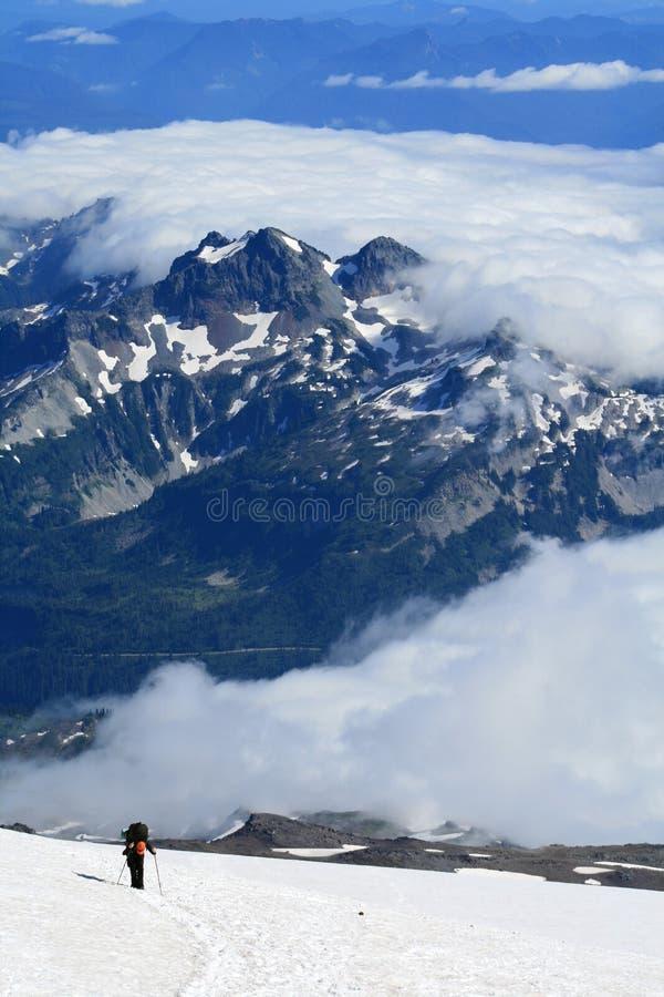 Alpinista que escala o Monte Rainier, Washington, EUA foto de stock