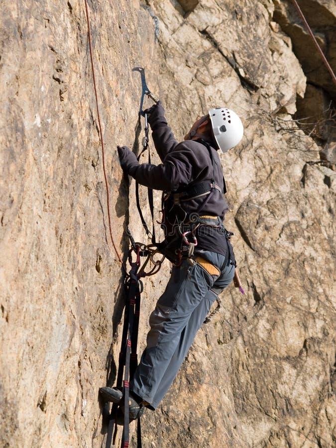 Alpinista que rasteja na parede fotografia de stock