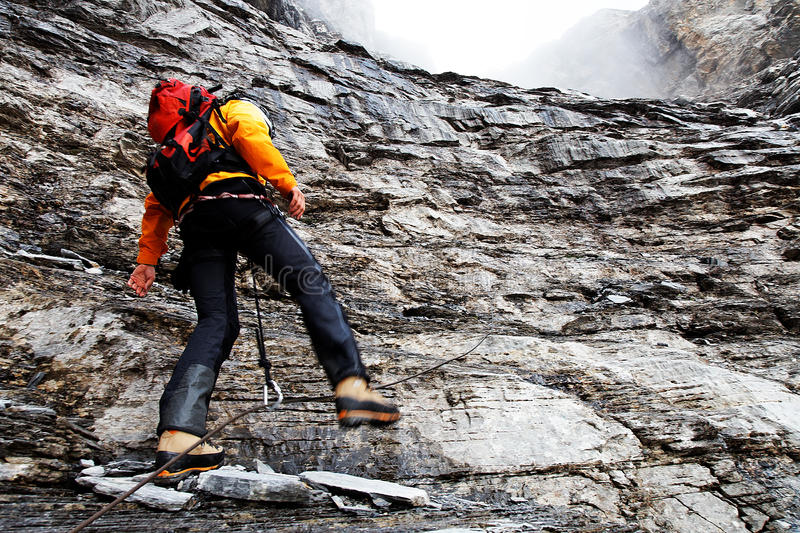 Alpinista que sube el pico de Eiger fotografía de archivo