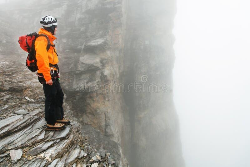 Alpinista que sube el pico de Eiger imagen de archivo