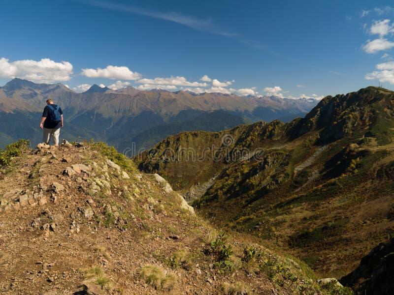 Alpinista sulla parte superiore della montagna fotografia stock