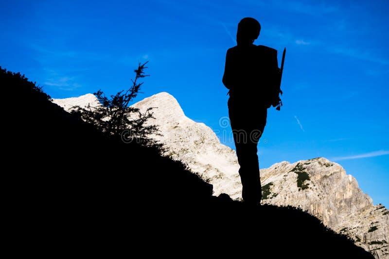 Alpinista sylwetka na sk?onie Prisank g?ra zdjęcia stock