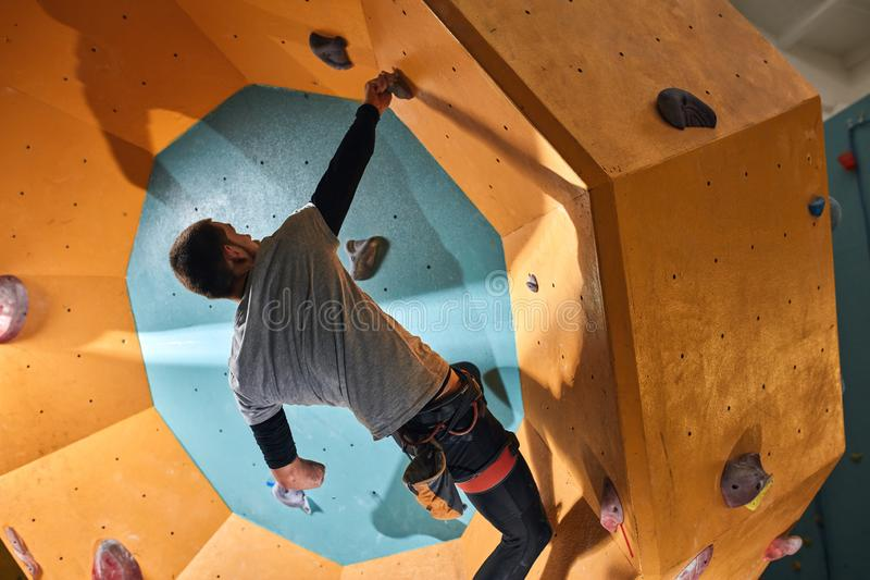 Alpinista trenuje indoors, chce dosięgać nowych rezultaty fotografia royalty free