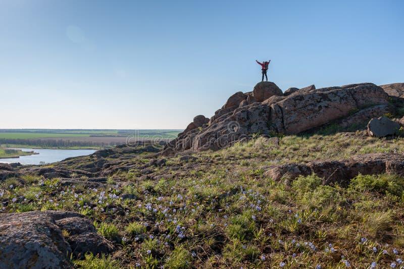Alpinista z plecakiem na skale fotografia royalty free