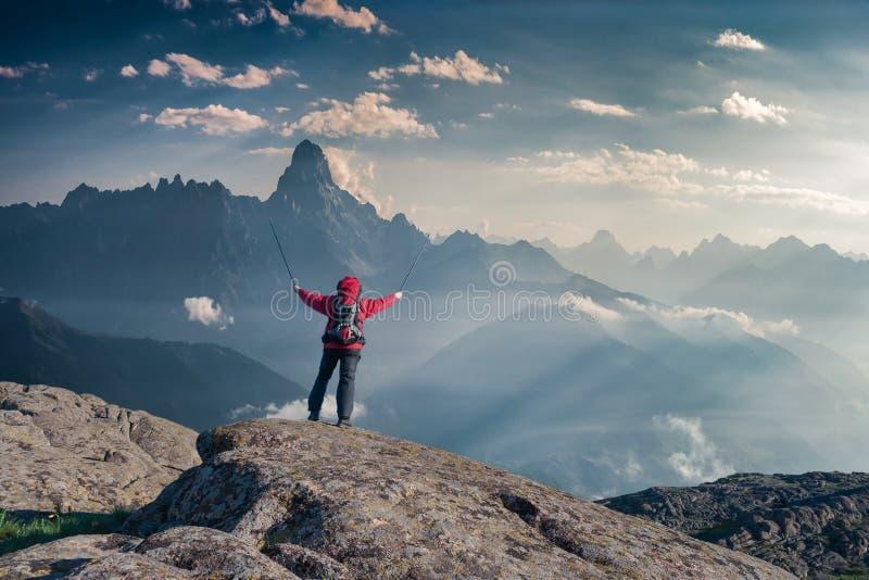 Alpinista z plecakiem na skale obraz royalty free