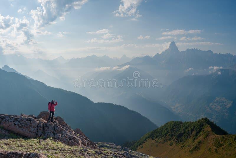 Alpinista z plecakiem na skale zdjęcie royalty free