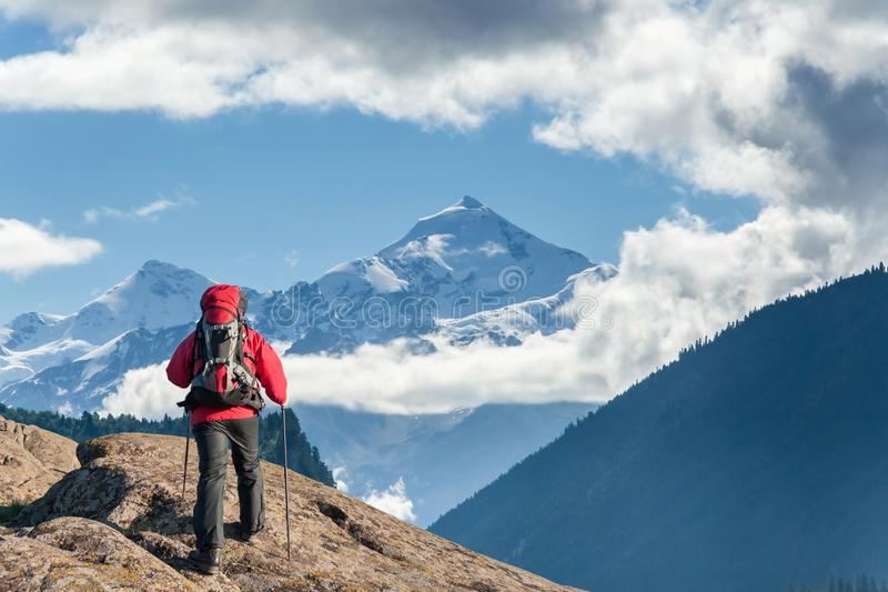 Alpinista z plecakiem na skale obrazy royalty free