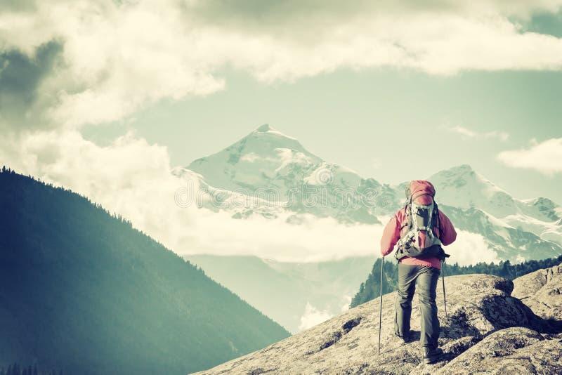Alpinista z plecakiem na skale zdjęcia royalty free