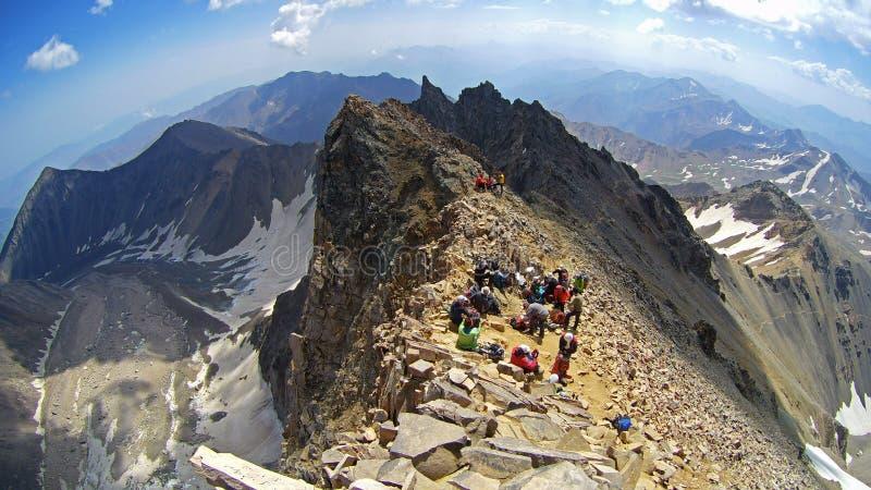 Alpinistas em cima de Alamkuh imagem de stock