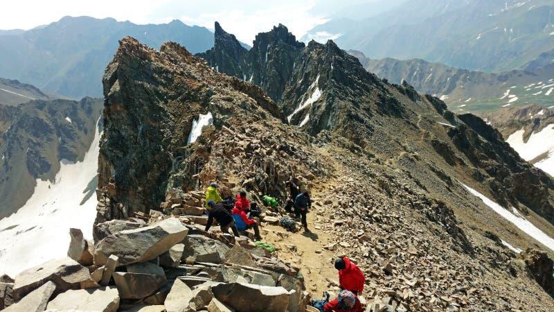 Alpinistas em cima de Alamkuh fotos de stock royalty free