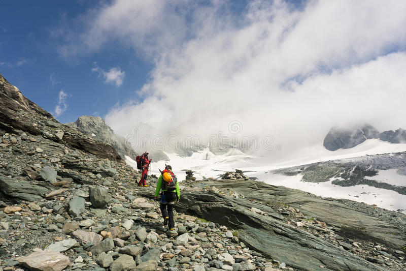 Alpinistas em sua maneira de escalar Grossglockner foto de stock royalty free