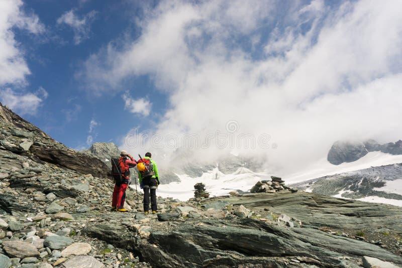 Alpinistas em sua maneira de escalar Grossglockner imagens de stock royalty free