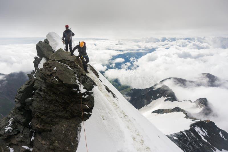 Alpinistas roped acima na geleira imagens de stock royalty free