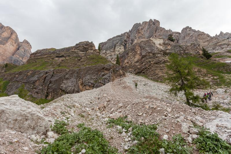 Alpinistas sobre um fluxo dos restos no pé da seção de Dibona, um local geológico importante do grupo da montanha de Tofana fotos de stock royalty free