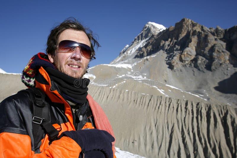 Alpiniste admirant la vue photo libre de droits