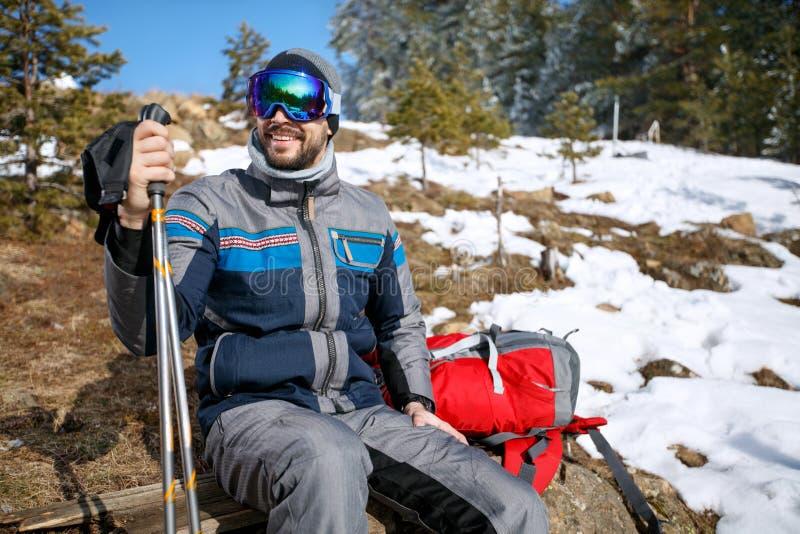 Alpiniste dans la forêt neigeuse sur la coupure de l'alpinisme photos stock