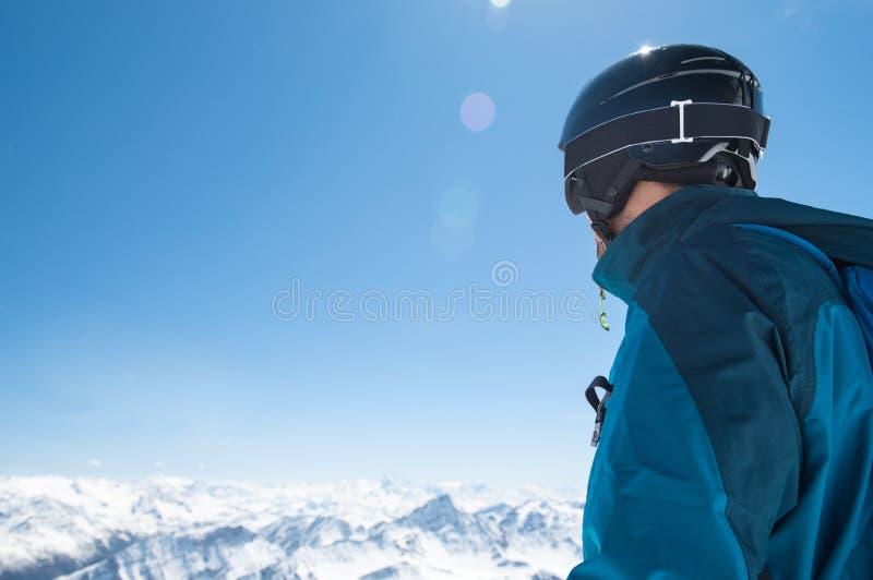 Alpiniste de ski en hiver images stock