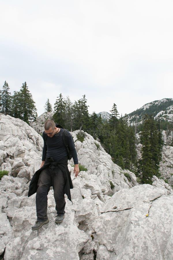 Alpiniste/marche les roches photo libre de droits